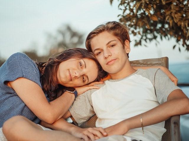 adolescent aidant une personne touchée par le cancre